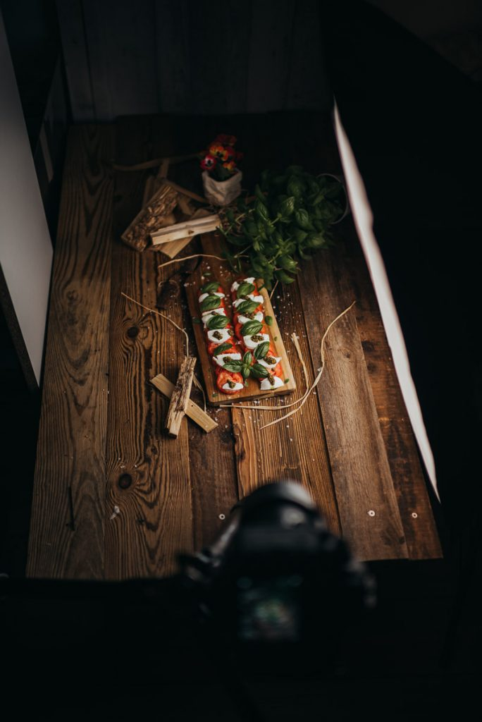 Foodfotografie Tomaten Mozzarella Salat mit Basilikum