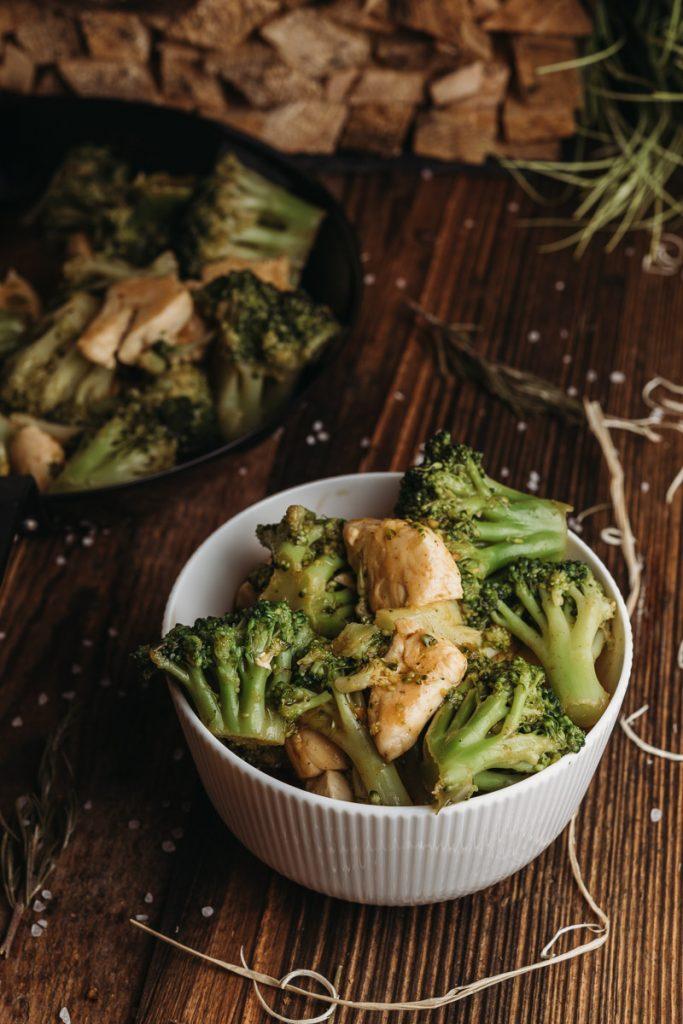 Low Carb Hähnchen Brokkoli Pfanne in 10 Minuten