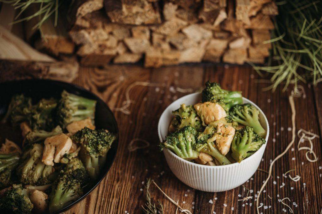 Low Carb Hähnchen Brokkoli Pfanne auf Holzhintergrund
