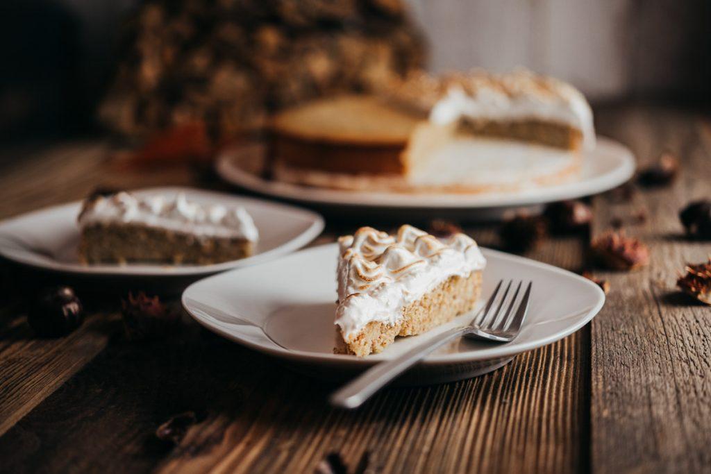 Ein leckeres Stück Marroni Kuchen mir Baiser Rezept gleich dazu.