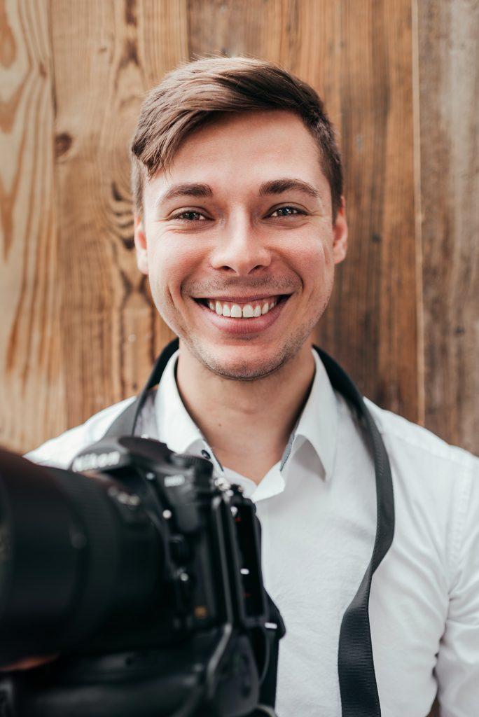 Fotograf Sven Hanselmann und eine Kamera