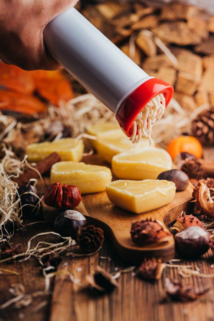 Vermicelle wird auf Pudding gepresst.