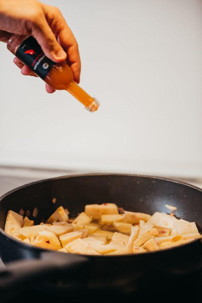 Scharfe Sauce kommt in das Gericht