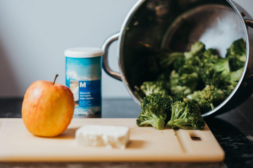 Borkkoli Kalorien zählen und Brokkoli kochen.