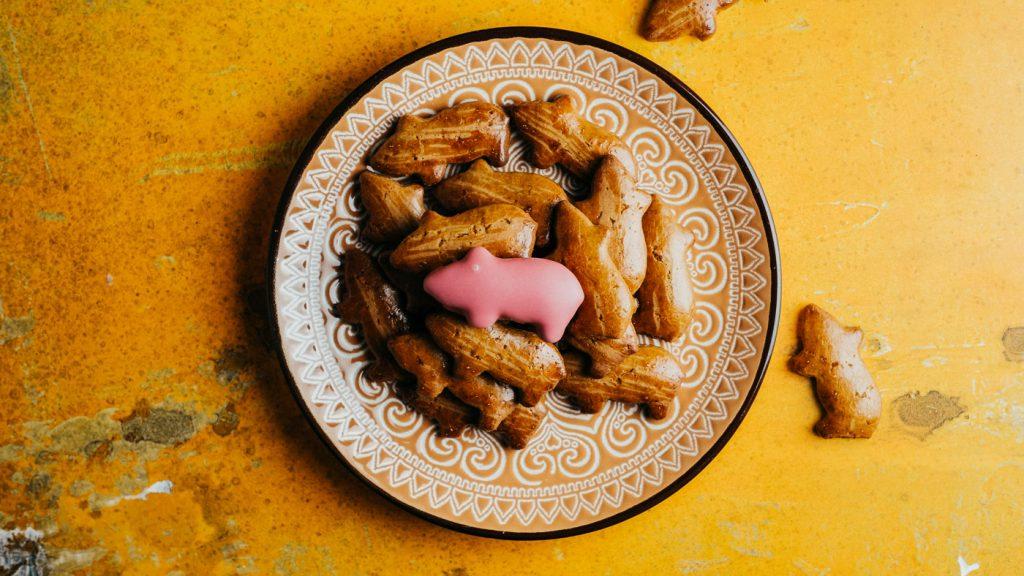 Marranitos Rezept – Mexikanische Cookies auf klassichem Teller und gelbem Hintergrund